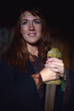 Mujer en un vestido oscuro con la espada Fotos de archivo