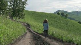 Mujer en un viaje que camina en Altai almacen de video