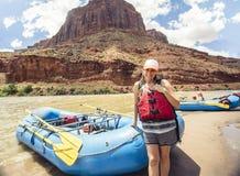 Mujer en un viaje que transporta en balsa abajo del río Colorado Imagen de archivo
