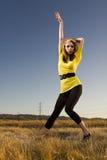 Mujer en una actitud de la danza en un campo Imagen de archivo libre de regalías