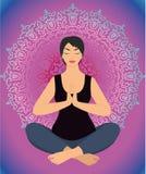 Mujer en una actitud de la yoga en el ornamento de la circular del fondo Foto de archivo libre de regalías
