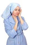 Mujer en una albornoz y una toalla en su cabeza Imágenes de archivo libres de regalías