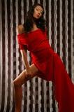 Mujer en una alineada roja Imagenes de archivo