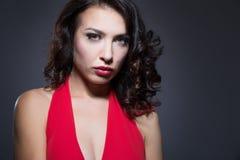 Mujer en una alineada roja Imagen de archivo