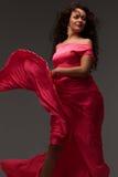 Mujer en una alineada rosada larga foto de archivo libre de regalías