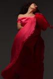 Mujer en una alineada rosada larga imagen de archivo