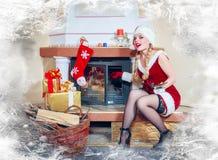mujer en una alineada y un sombrero rojos de Santa Fotografía de archivo libre de regalías