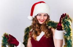 mujer en una alineada y un sombrero rojos de Santa Foto de archivo