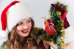 mujer en una alineada y un sombrero rojos de Santa Fotos de archivo