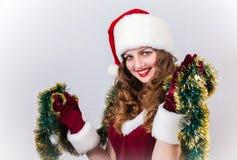 mujer en una alineada y un sombrero rojos de Santa Fotos de archivo libres de regalías