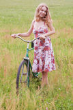 Mujer en una bicicleta Fotografía de archivo