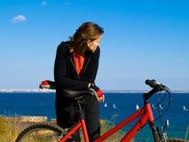 Mujer en una bicicleta Imagen de archivo libre de regalías