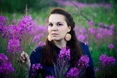 Mujer en una blusa azul en un claro del bosque foto de archivo
