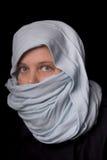 Mujer en una bufanda azul Fotografía de archivo libre de regalías