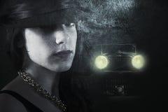 Mujer en una calle oscura Fotos de archivo libres de regalías