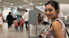 Mujer en una calzada movible almacen de metraje de vídeo