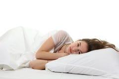 Mujer en una cama Fotografía de archivo libre de regalías