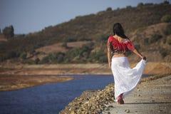 Mujer en una caminata de la naturaleza Fotos de archivo