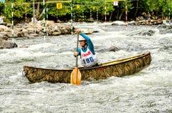 Mujer en una canoa del whitewater Imagen de archivo