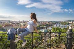 Mujer en una cerca y un panorama de la ciudad de Praga Fotografía de archivo