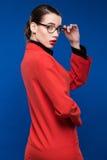 Mujer en una chaqueta roja con el lápiz labial Imagenes de archivo