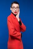 Mujer en una chaqueta roja con el lápiz labial Fotografía de archivo libre de regalías