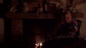 Mujer en una chimenea almacen de metraje de vídeo