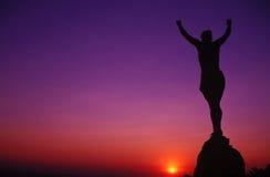 Mujer en una cima de la montaña Foto de archivo libre de regalías