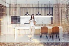 Mujer en una cocina de mármol y de madera, tabla Fotografía de archivo libre de regalías