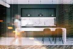 Mujer en una cocina de mármol y negra, tabla Imagenes de archivo