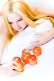 Mujer en una dieta sana con las manzanas Imágenes de archivo libres de regalías