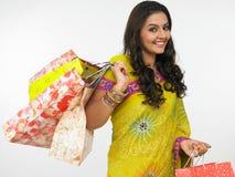 Mujer en una juerga de compras Foto de archivo libre de regalías