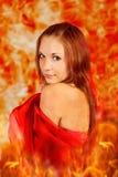 Mujer en una llama ardiente. Imagen de archivo