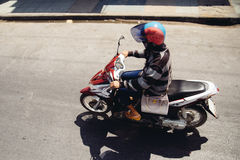 Mujer en una motocicleta Imagen de archivo libre de regalías