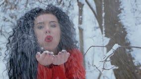 Mujer en una nieve que sopla del suéter rojo almacen de metraje de vídeo