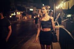 Mujer en una noche hacia fuera foto de archivo libre de regalías