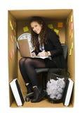Mujer en una pequeña oficina Imagenes de archivo