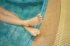 Mujer en una piscina en el hotel Fotos de archivo