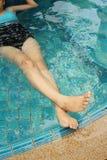 Mujer en una piscina en el hotel Fotos de archivo libres de regalías