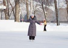 Mujer en una pista de hielo al aire libre Foto de archivo libre de regalías