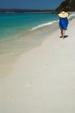Mujer en una playa Fotos de archivo libres de regalías