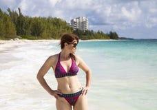 Mujer en una playa Imagenes de archivo