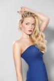 Mujer en una presentación azul del vestido Fotografía de archivo libre de regalías