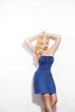 Mujer en una presentación azul del vestido Fotografía de archivo