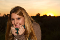 Mujer en una puesta del sol imagen de archivo libre de regalías