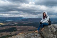 Mujer en una roca fotos de archivo libres de regalías