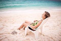 Mujer en una silla Imagenes de archivo