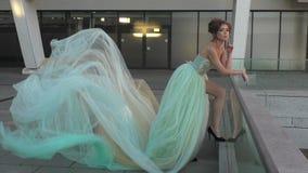 Mujer en una situación larga del vestido almacen de metraje de vídeo