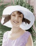 Mujer en una sonrisa brimmed amplia del sombrero (todas las personas representadas no son vivas más largo y ningún estado existe  imagenes de archivo