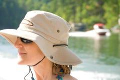 Mujer en verano en el lago Imágenes de archivo libres de regalías